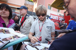 Nick Heidfeld, Lotus Renault GP logoing autographs for fans