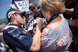Pastor Maldonado, AT&T Williams logoing autographs for fans