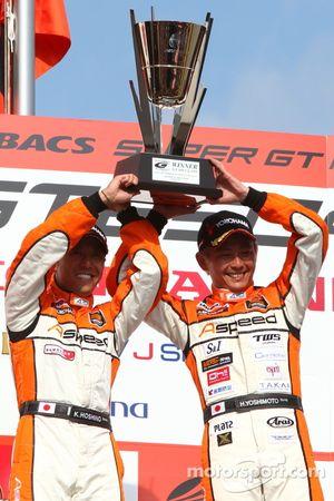 GT300 podium: winnaars Kazuki Hoshino, Hiroki Yoshimoto