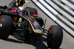 Vitaly Petrov, Lotus Renault GP ve damage to Car