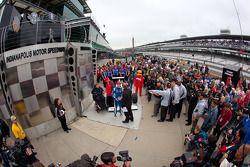 Victory lane: race winnaar Josef Newgarden, Sam Schmidt Motorsports viert met Sam Schmidt
