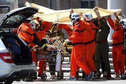 Sergio Perez, Sauber F1 Team es atendido después del accidente