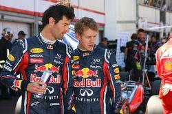Mark Webber, Red Bull Racing y Sebastian Vettel, Red Bull Racing observando el Williams