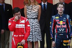 Podio: ganador de la carrera Sebastian Vettel, Red Bull Racing, segundo lugar Fernando Alonso, Scude