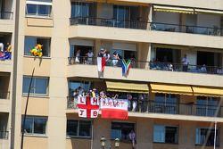 Fans en un balcón