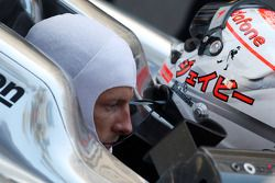 Jenson Button, McLaren Mercedes, espera para el reinicio