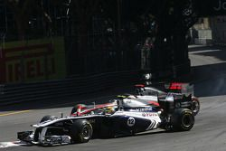 Pastor Maldonado, Williams F1 Team et Lewis Hamilton, McLaren Mercedes se crashent