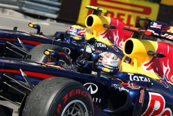 Mark Webber, Red Bull Racing, RB7 y el ganador de la carrera Sebastian Vettel, Red Bull Racing, RB7