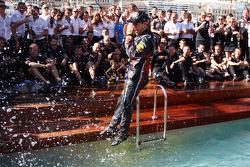 Sebastian Vettel, Red Bull Racing, kutlama yapıyor takım ile