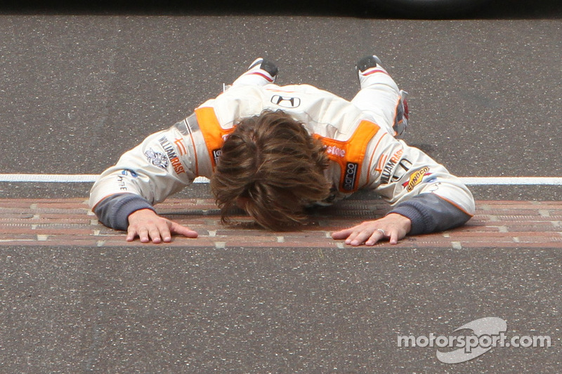 2011: Dan Wheldon kust de yard of bricks