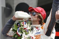 Victory Lane : Dan Wheldon, Bryan Herta Autosport with Curb/Agajanian fête sa victoire