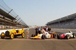 Sesión de fotos de los ganadores: Dan Wheldon, Bryan Herta Autosport with Curb / Agajanian posa con