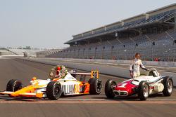 Sesión de fotos de los ganadores Dan Wheldon, Bryan Herta Autosport with Curb / Agajanian posa con el coche ganador 1961 Trevis Offenhauser de A.J. Foyt y el coche ganador de 2011 Dallara Honda
