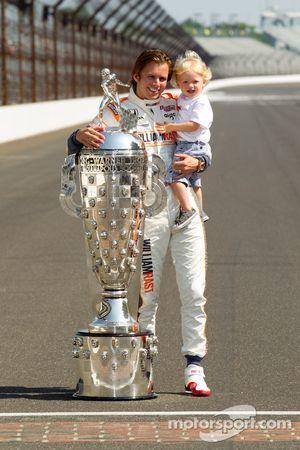 Sesión de fotos de los ganadores: Dan Wheldon, Bryan Herta Autosport with Curb / Agajanian y su hijo