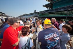Fotoshoot: Dan Wheldon, Bryan Herta Autosport with Curb / Agajanian signeert handtekeningen