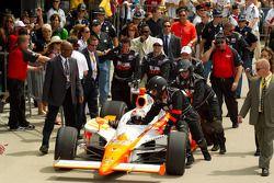 Victory Lane : le vainqueur Dan Wheldon, Bryan Herta Autosport with Curb / Agajanian arrive dans la Victory Lane