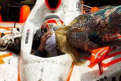 Victory Lane : le vainqueur Dan Wheldon, Bryan Herta Autosport with Curb / Agajanian fête sa victoire avec sa femme