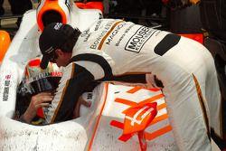 Victory circle: race winnaar Dan Wheldon, Bryan Herta Autosport with Curb / Agajanian met Alex Tagli