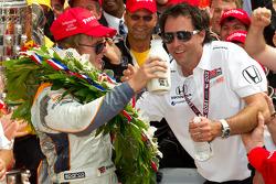 Victory circle: race winnaar Dan Wheldon, Bryan Herta Autosport with Curb / Agajanian met Bryan Hert