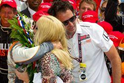 Victory Lane : le vainqueur Dan Wheldon, Bryan Herta Autosport with Curb / Agajanian fête sa victoire avec Bryan Herta et sa femme