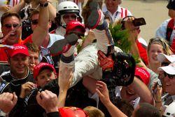 Victory Lane : le vainqueur Dan Wheldon, Bryan Herta Autosport with Curb / Agajanian fête sa victoire avec son équipe