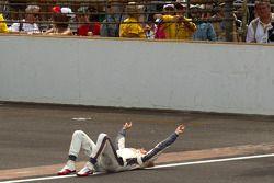 Le vainqueur Dan Wheldon, Bryan Herta Autosport with Curb / Agajanian fête sa victoire sur la ligne de briques