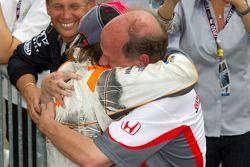 Victory Lane : le vainqueur Dan Wheldon, Bryan Herta Autosport with Curb / Agajanian fête sa victoire