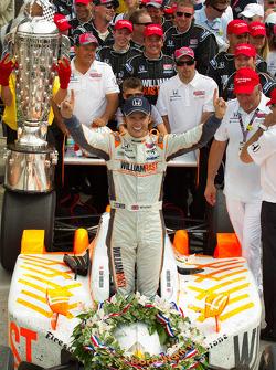 Victory circle: race winnaar Dan Wheldon, Bryan Herta Autosport with Curb / Agajanian