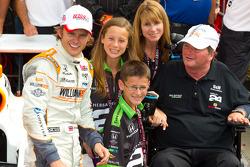 Victory circle: race winnaar Dan Wheldon, Bryan Herta Autosport with Curb / Agajanian met Sam Schmid