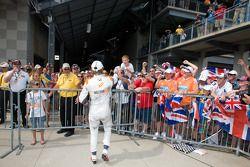 Ganador de la carrera Dan Wheldon, Bryan Herta Autosport with Curb / Agajanian celebra con los fans