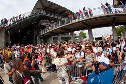 Race winnaar Dan Wheldon, Bryan Herta Autosport with Curb / Agajanian viert met Britse fans