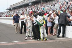 Race winnaar Dan Wheldon, Bryan Herta Autosport with Curb / Agajanian viert met Tony Kanaan, KV Raci