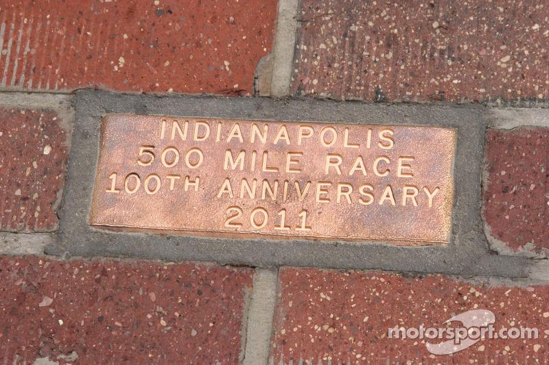Placa del Aniversario 100 de la meta de ladrillos