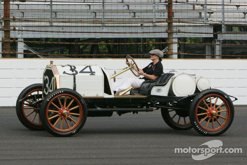 Lyn St. James conduce un coche de carreras de 1911