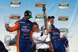 Victory Lane: race winnaar Max Angelelli, Ricky Taylor met Wayne Taylor op gitaar