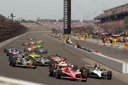 Restart: Scott Dixon, Target Chip Ganassi Racing and Alex Tagliani, Sam Schmidt Motorsports battle f
