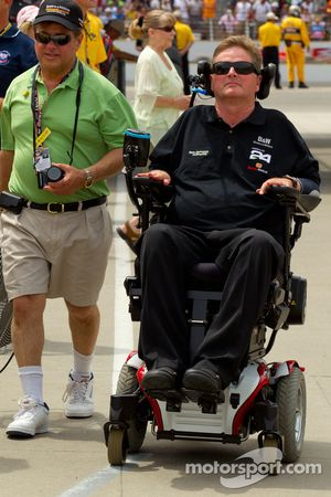 Sam Schmidt heads back to the garage after Alex Tagliani and Townsend Bell retire from the race