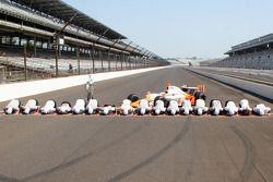 Winners photoshoot: Dan Wheldon, Bryan Herta Autosport with Curb / Agajanian with his team