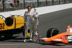 Winners photoshoot: Dan Wheldon, Bryan Herta Autosport with Curb / Agajanian with the Borg-Warner tr