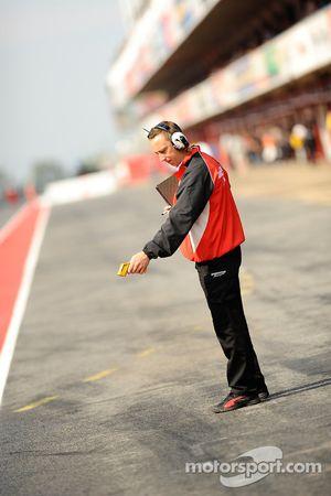 Técnico de Bridgestone verifica la tempetatura en la pista