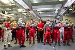 Audi Sport team kijkt toe hoe Benoit Tréluyer de pole pakt