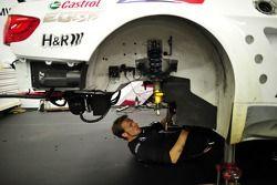 BMW mecanicien werkt aan Andy Priaulx's M3