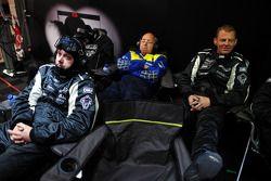 Механики Signatech Nissan в гараже команды