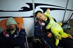 Para mekanik OAK Racing tertidur di pagi hari