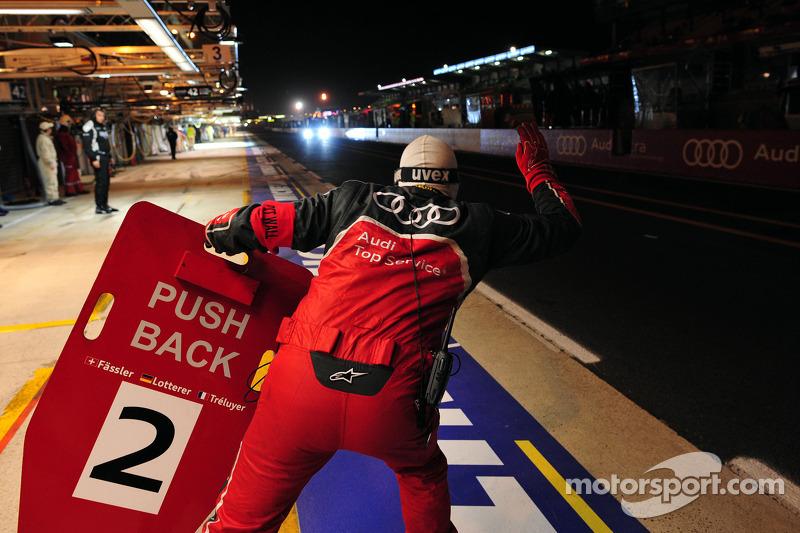 2011 год. Экипаж Марселя Фесслера, Андре Лоттерера и Бенуа Трелюйе ждут на пит-стопе в команде Audi Sport Team Joest