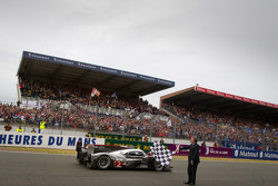 EL #2 Audi Sport Team Joest Audi R18 TDI: Marcel Fässler, André Lotterer, Benoit Tréluyer reciben la