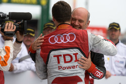 El ganador de la carrera André Lotterer festeja con el Dr. Wolfgang Ullrich