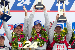 LM P1 Podio: ganadores Marcel Fässler, André Lotterer y Benoit Tréluyer
