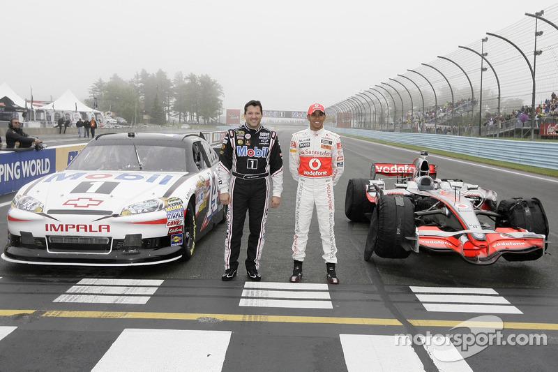Tony Stewart y Lewis Hamilton