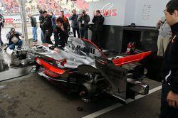 McLaren MP4-23 gets warmed up